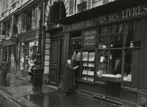 Adrienne Monnier devant sa librairie
