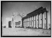 Palmyre - Arc monumental et colonnade interieure