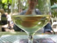 un verre de vin blanc