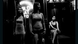 femmes devant le Wild cat night club - Hong Kong